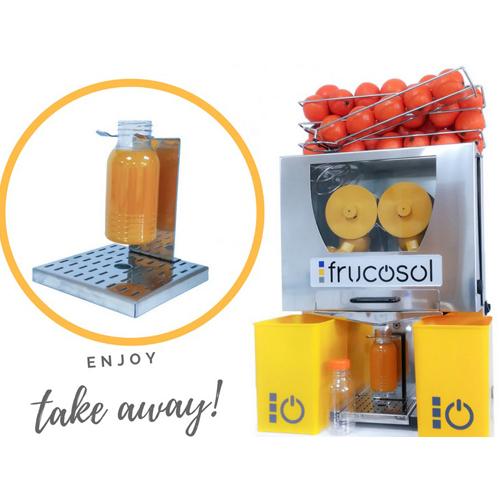 Frucosol presenta para sus equipos exprimidores un nuevo accesorio para llenar botellas de zumo natural.